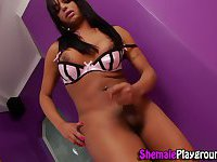 Black tranny cums tugging