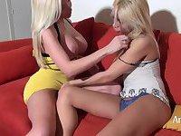 2 hot blondes
