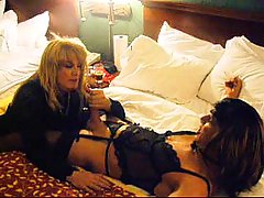 Amateur Travesti Wanking & Cumming On His Leg at gotranny.com