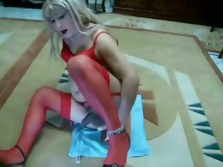 CD Suzan looks hot in red